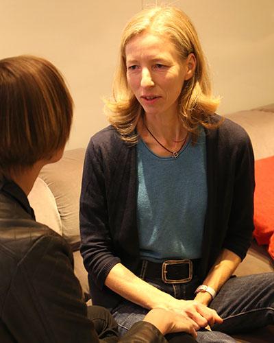 anja-kraschewski-coaching-fuer-gestresste-muetter-anja-im-gespräch-mit-einer-klientin