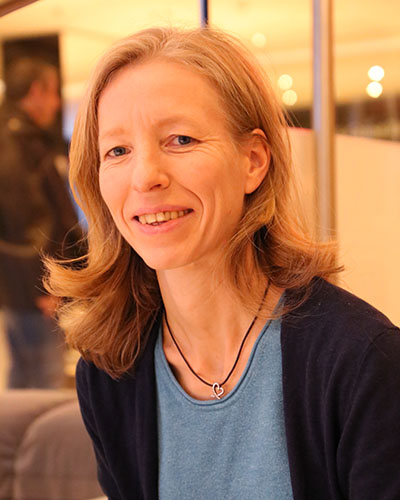 anja-kraschewski-coaching-fuer-gestresste-muetter-anja-lächelt-in-die-kamera